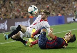 Alberto Moreno disputa el balón con Alexis. Foto: E.P.