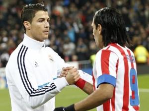 Cristiano Ronaldo saluda a Radamel Falcao cuando el colombiano militaba en el Atlético de Madrid (foto tomada de la web)