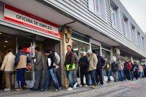 Gente haciendo cola ante oficina del INEM