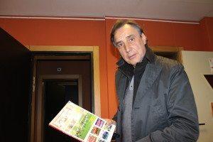 Miguel Ángel Portugal, en los estudios de Europea Media, con un ejemplar de Football Fantasy. Foto: Arturo Herrera.