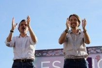 Pablo Iglesias y José Manuel López aplauden al inicio del acto