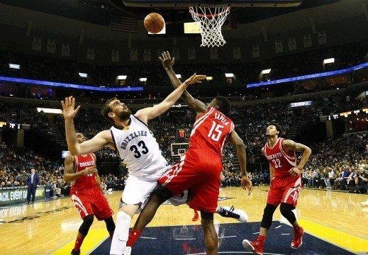 MEM01. MEMPHIS (EE.UU), 20/11/2015.- El jugador español Marc Gasol (2i) de Memphis Grizzlies disputa el balón con Clint Capela (2d) de Houston Rockets hoy, viernes 20 de noviembre de 2015, durante un juego entre Memphis Grizzlies y Houston Rockets de la NBA que se disputa en el FedExForum en Memphis, Tennessee (Estados Unidos). EFE/Mike Brown