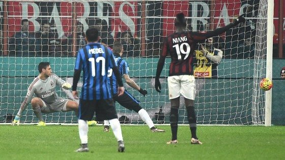 . Milan (Italy), 31/01/2016.- Inter's forward Mauro Emanuel Icardi (C) fails to score a penalty during the Italian Serie A soccer match between Ac Milan and Fc Internazionale at the Giuseppe Meazza stadium in Milan, Italy, 31 January 2016. (Italia) EFE/EPA/DANIEL DAL ZENNARO