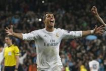 Cristiano Ronaldo celebra su tercer gol, y tercero del equipo frente al Wolfsburgo alemán, durante el partido de vuelta de cuartos de final de la Liga de Campones que se juega hoy en el estadio Santiago Bernabéu, en Madrid. EFE/J. J. Guillén