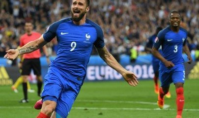 . Saint-denis (France), 10/06/2016.- Olivier Giroud of France celebrates scoring the opening goal during the UEFA EURO 2016 group A preliminary round match between France and Romania at Stade de France in Saint-Denis, France, 10 June 2016. (RESTRICTIONS APPLY: For editorial news reporting purposes only. Not used for commercial or marketing purposes without prior written approval of UEFA. Images must appear as still images and must not emulate match action video footage. Photographs published in online publications (whether via the Internet or otherwise) shall have an interval of at least 20 seconds between the posting.) (Rumanía, Francia) EFE/EPA/FILIP SINGER EDITORIAL USE ONLY