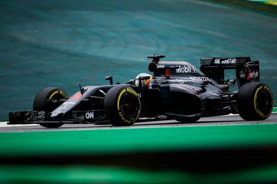 BRA119. SAO PAULO (BRASIL), 12/11/2016.- El piloto español Fernando Alonso de la escudería McLaren participa hoy, sábado 12 de noviembre de 2016, en la tercera práctica libre en el autódromo de Interlagos como preparación para el Gran Premio de Fórmula Uno de Brasil que se celebrará el próximo 13 de noviembre en Sao Paulo (Brasil). EFE/ FERNANDO BIZERRA JR