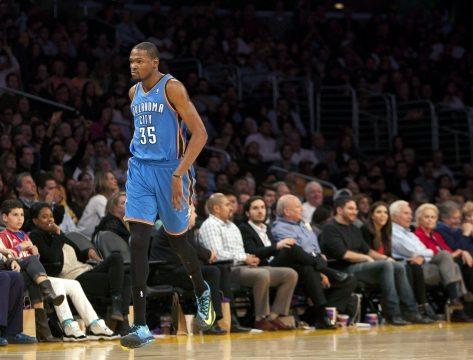 Kevin Durant, jugador de los Warriors, sufrió un esguince en la rodilla izquierda frente a los Wizards. EFE/Armando Arorizo