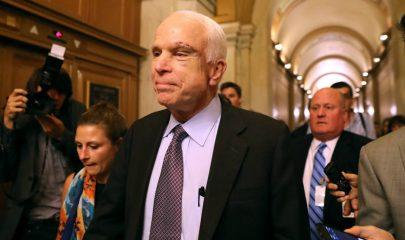 Senador John McCain a su salida de la cámara del Congreso. || Getty Images