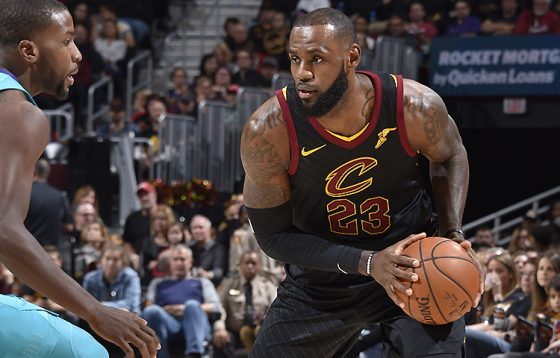 LeBron James destacó con un triple-doble ante los Hornets. Fuente: David Liam Kyle/NBAE via Getty Images.
