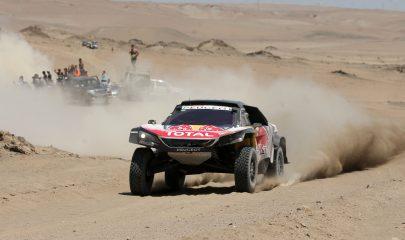 SJM01. SAN JUAN MARCONA (PERÚ), 09/01/2018.- El español Carlos Sainz compite durante la cuarta etapa del rally Dakar 2018 hoy, martes 9 de enero de 2018, en San Juan de Marcona (Perú). Un tramo de hasta cien kilómetros de dunas, uno de los más largos de la historia del Dakar, será el principal desafío que afrontarán hoy los pilotos del rally en su cuarta etapa, que tuvo como gran atractivo una salida conjunta de motos y coches desde una playa a orillas del océano Pacífico. EFE/Ernesto Arias