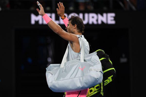Rafa Nadal se despide del público, después de retirarse del partido ante el croata Marin Cilic en los cuartos de final del Abierto de Australia. Fuente: EFE/ Lukas Coch