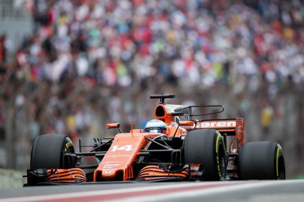 El piloto español Fernando Alonso, de la escudería McLaren, disputando en la tercera práctica libre en el autódromo de Interlagos el pasado 11 de noviembre de 2017, en la ciudad de Sao Paulo (Brasil). Fuente: EFE/Fernando Bizerra Jr