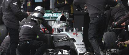 GRA 204 JEREZ DE LA FRONTERA (CÁDIZ) 03/02/2015.- El piloto alemán de la escudería Mercedes, Nico Rosberg, con su monoplaza F1 W06 Hybrid, es atendido en boxes por los mecánicos durante la tercera jornada de los entrenamientos de pretemporada del Mundial de F1 de 2015, que tienen lugar hoy en el circuito de Jerez de la Frontera (Cádiz). EFE/Román Ríos