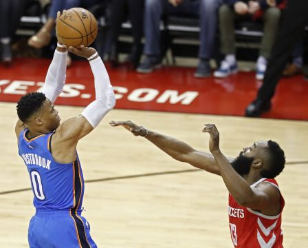 LWS104. Houston (United States), 07/04/2018.- Oklahoma City Thunder player Russell Westbrook (L) takes a shot against Houston Rockets player James Harden (R) in the first half of their NBA basketball game at the Toyota Center in Houston, Texas, USA, 07 April 2018. (Baloncesto, Estados Unidos) EFE/EPA/LARRY W. SMITH SHUTTERSTOCK OUT