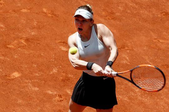 Simona Halep, golpeando de revés durante el partido contra la belga Elise Mertens. Fuente: EFE/Mariscal