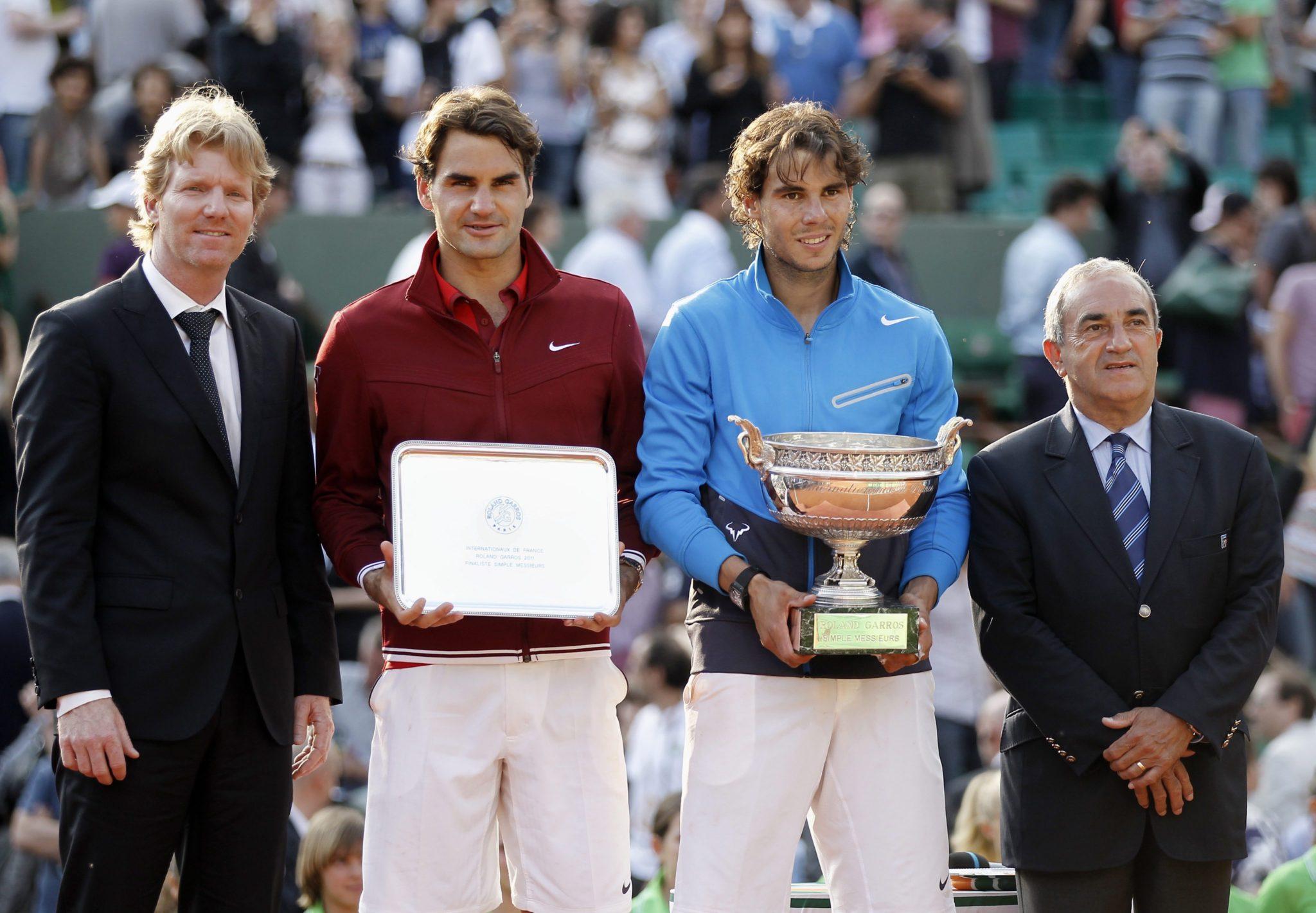 Rafael Nadal y Roger Federer mostrando sus títulos tras la final de Roland Garros 2011 / EFE