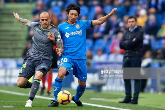 GETAFE, SPAIN - DECEMBER 15: Gaku Shibasaki of Getafe CF competes for the ball with Sandro Ramirez (L) of Real Sociedad during the La Liga match between Getafe CF and Real Sociedad at Coliseum Alfonso Perez on December 15, 2018 in Getafe, Spain. (Photo by Quality Sport Images/Getty Images)