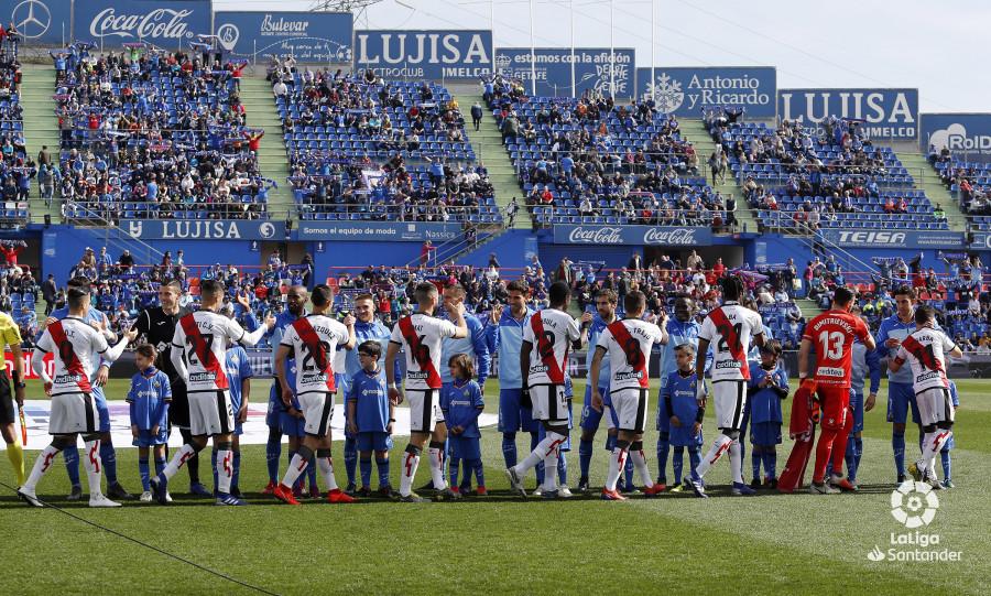 Los futbolistas de Getafe y Rayo se saludan antes del choque / Imagen: LaLiga