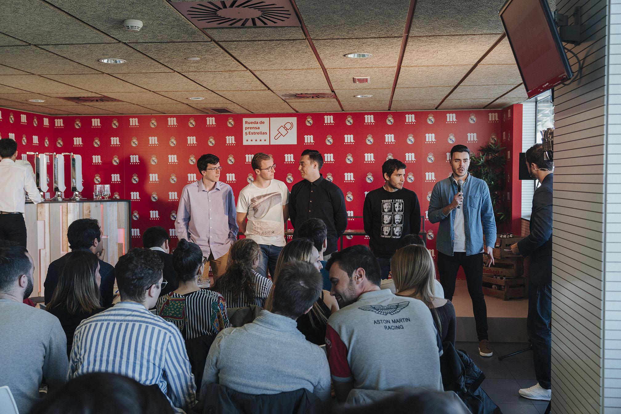 Alumnos de periodismo presentándose durante la Rueda de Prensa 5 Estrellas / Fuente: Mahou
