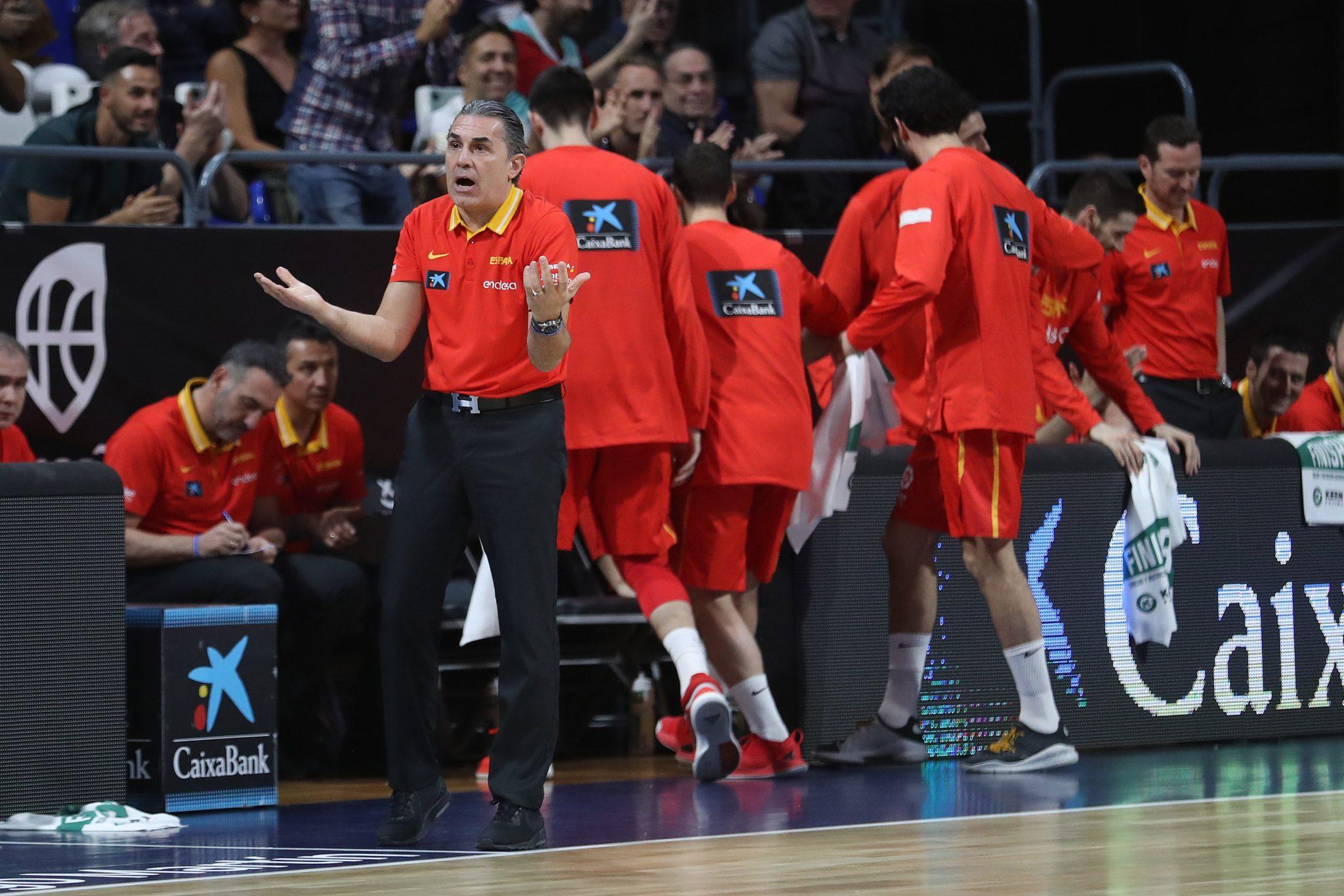 El seleccionador de España, Sergio Scariolo, durante el partido frente a Turquía, último de la fase de grupos clasificatoria de la Copa del Mundo jugado este lunes en el Pabellón Santiago Martín de Tenerife / EFE