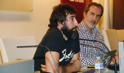 El Premio Pulitzer de Fotografía 2013, Manu Brabo junto al profesor Fernando Ávila