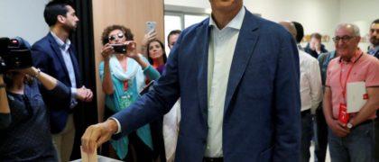 Pedro Sánchez votando en Pozuelo de Alarcón . EFE