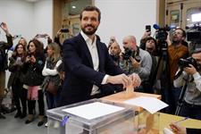 Pablo Casado depositando su voto en Madrid - EFE