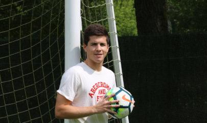 Igor Zubeldia posa en el campo de fútbol de Txerloia (Azkoitia). Foto: maxixatzeneko.eus