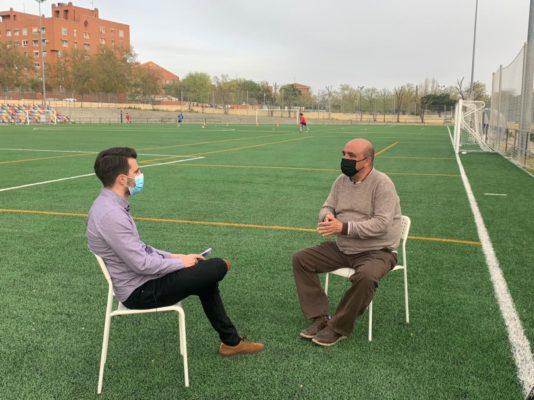 El ojeador Javier Galapero (derecha) explicándose durante la entrevista.