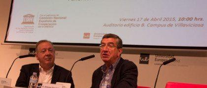 El periodista Antonio San José junto al profesor Luis Moser